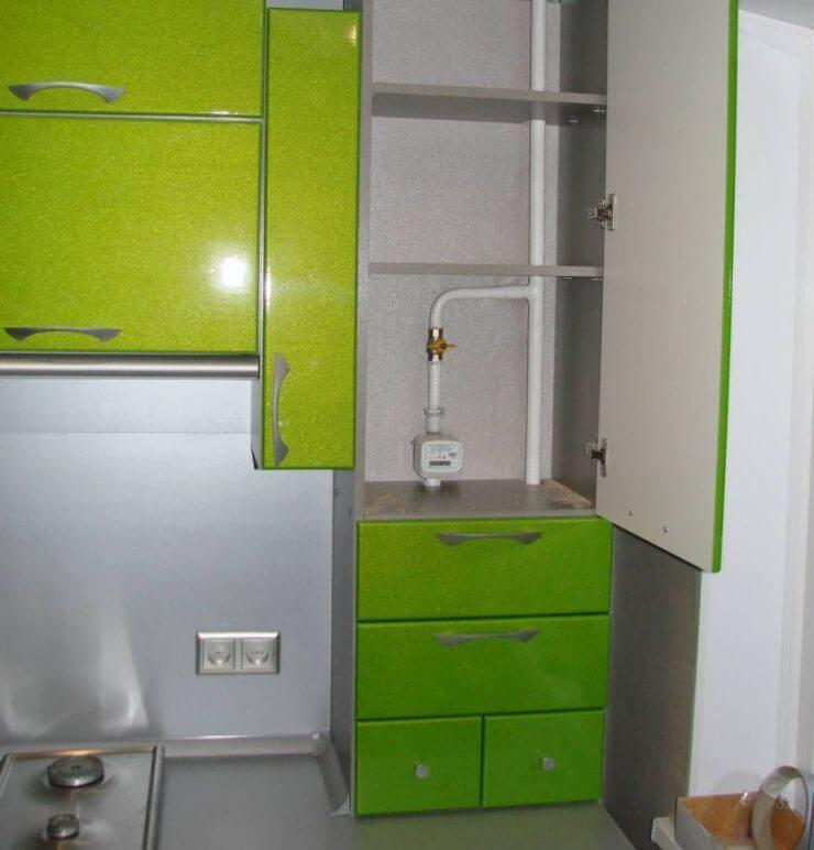 Кухонная газовая труба в шкафу