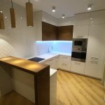441. Бело-коричневая кухня с барной стойкой