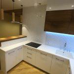 443. Бело-коричневая кухня с барной стойкой