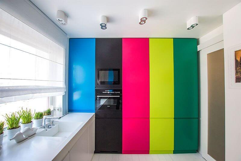 яркие шкафы на кухне