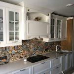 Кухня с белым фасадом в классическом стиле