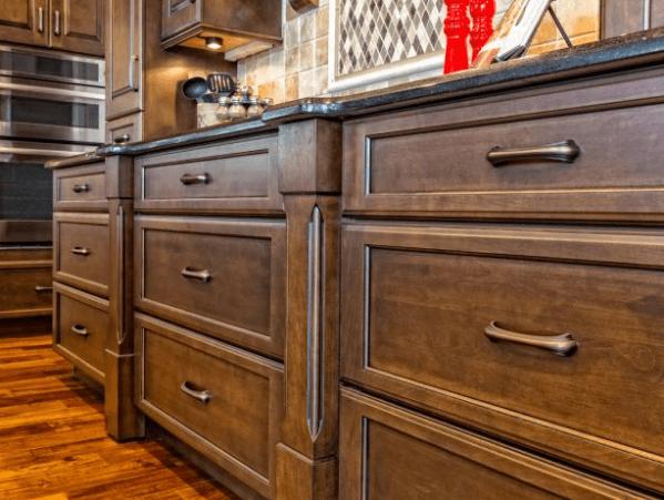 Чистим деревянную мебель сами