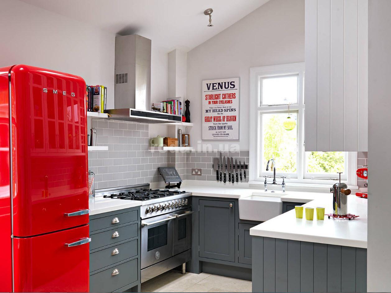 Кухня в серо-белых тонах с красным холодильником