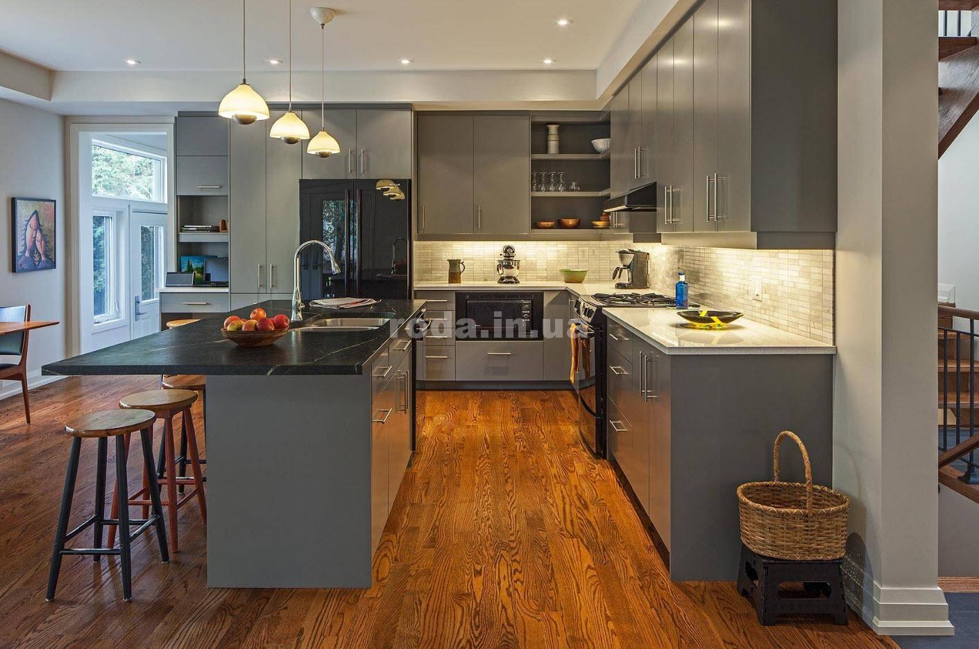Кухня в серо-белых тонах пол под дерево