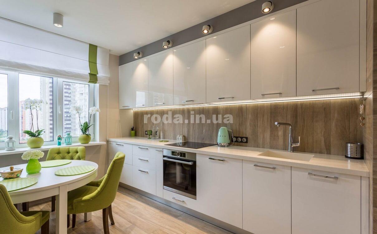 Прямая кухня в просторном помещении
