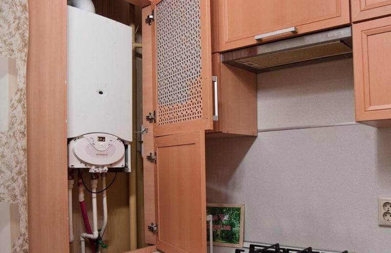 Газовая труба в кухонном шкафу